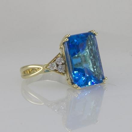золотое кольцо с бриллиантами и голубым топазом