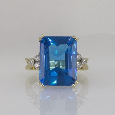 Кольцо с квадратным голубым топазом