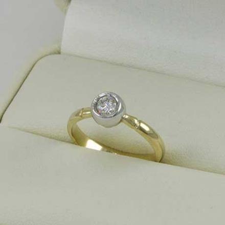 Кольцо из   золота 585 с одним бриллиантом
