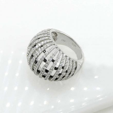 кольцо с белыми и черными бриллиантами
