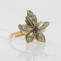 Золотое кольцо-цветок с бриллиантами