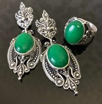 Серьги и кольцо  зеленым камнем в серебре