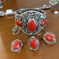 серебряные +с  красным камнем