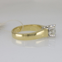 золотое кольцо с крупным бриллиантом