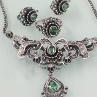 серебряные серьги +с зеленым