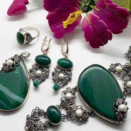серебряные +с зеленым камнем