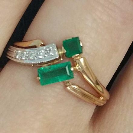 золотые кольца с изумрудом цена