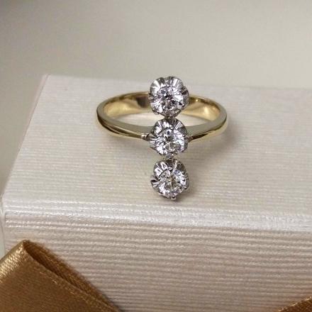 кольцо с тремя камнями золото