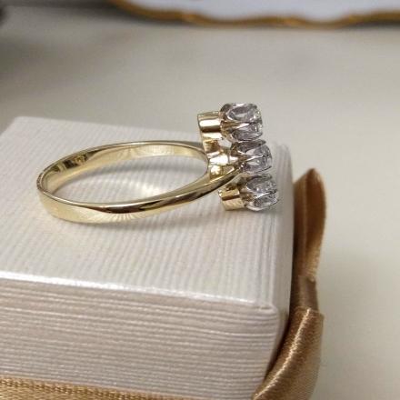 кольцо с тремя фианитами