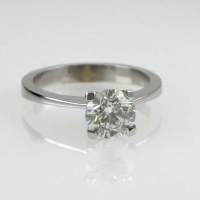 Кольцо из белого  золота 750  с крупным бриллиантом