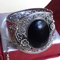 Браслет с черным  камнем