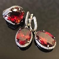 Серебряные серьги с красным камнем