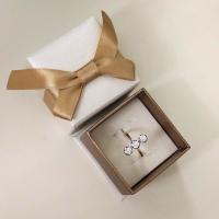 кольцо с тремя камнями в ряд