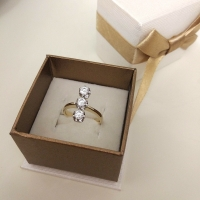 кольцо с тремя камнями фото